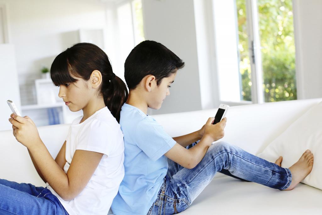 kids having smartphones
